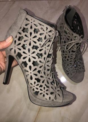 Очень стильные высокие босоножки на шпильке, летние ботильоны, ботинки