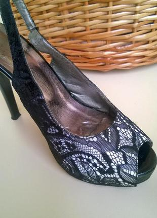 Босоножки на высоком каблуке в кружевах стильные элегантные