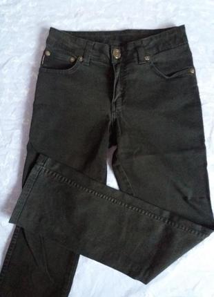Черные джинсы-трубы