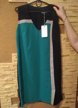 Платье с небольшим разрезом