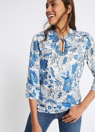Блузка с голубым цветочным принтом и завязками на воротнике marks&spencer plus size
