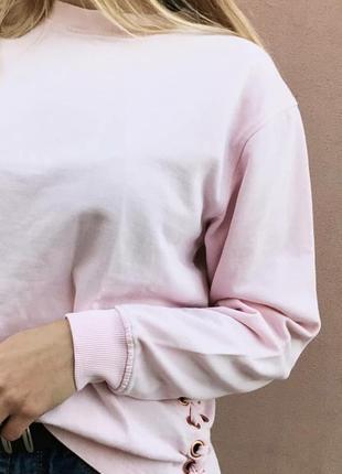 Розовый свитшот с завязками по бокам