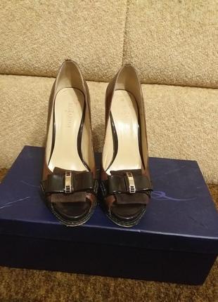 Кожаные туфли на шпильке.