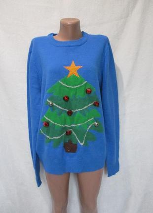 Яркий новогодний свитер с елочкой с бубенчиками
