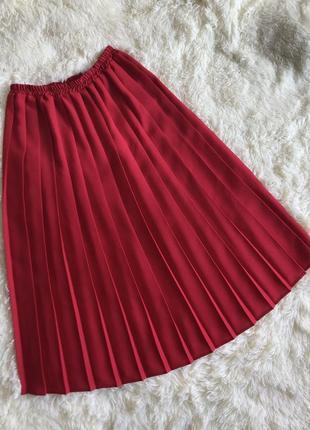Плиссированная красная миди юбка