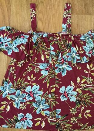 Блуза футболка в цветочный принт со спущенными открытыми плечами (воланом)+ подарок
