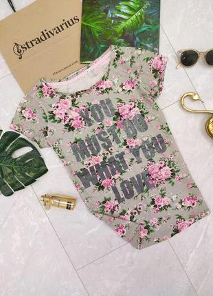 Женская футболка серая с цветами и блестящей надписью цветочный принт