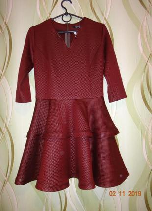 Кокетливое короткое платье из стеганной ткани