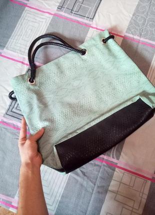 Женская летняя светло-зелёная сумка с чёрными ручками