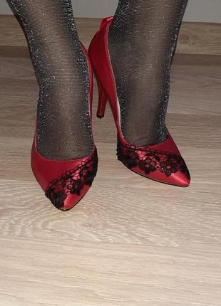 Шикарные туфли с кружевом красное и черное от christian louboutin италия