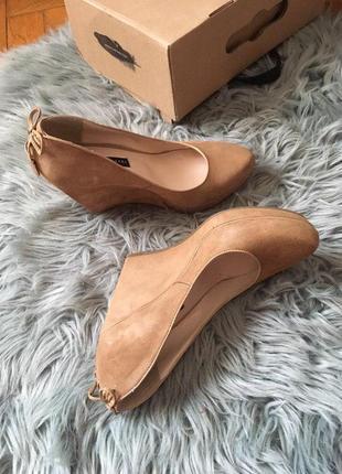 Жіночі туфлі l`carvari на високій платформі із замші кольору капучіно.