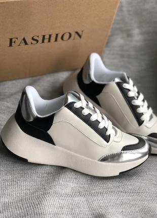 Кроссовки белые с черно-серыми полосами бренд
