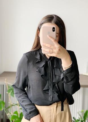 Чёрная блуза с жабо