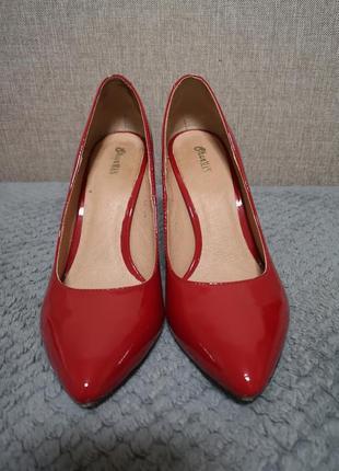Красные лаковые туфли лодочки на каблуке 10 см