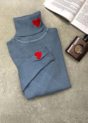 Трикотажный голубой свитер гольф в рубчик с нашивкой нашивками сердечко тренд хит года