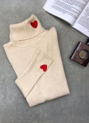 Трикотажный светлый беж свитер гольф в рубчик с нашивкой нашивками сердечко тренд хит