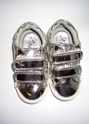 Мегакрутые серебристые лаковые кроссовки next. стелька 14,5 см