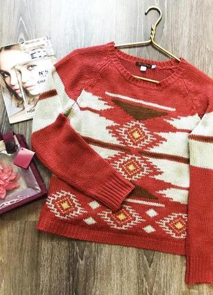 Яркий свитер с орнаментом