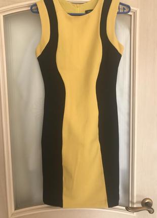 Платье желтое с черными вставками.