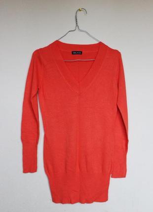 Однотонный удлинённый свитерок для худышки.