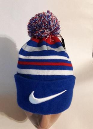 Спортивная яркая стильная  шапка с отворотом  и помпоном.