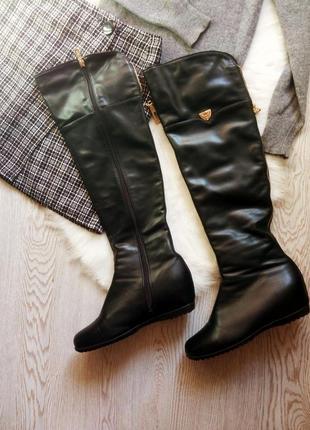 Черные высокие сапоги ботфорты за колено кожаные деми зимние на скрытой танкетке платформе