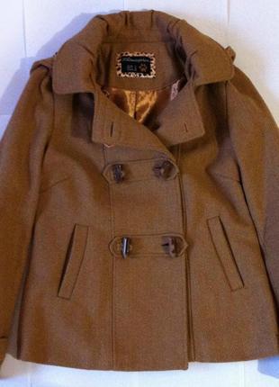 Короткое пальто с капюшоном на пуговицах рыжего цвета2