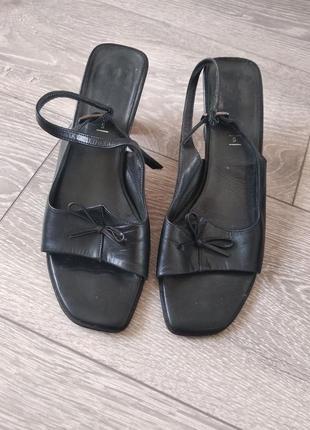 Босоножки черные