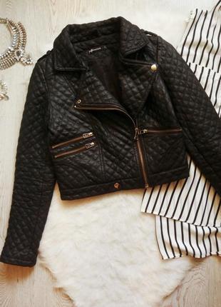 Черная короткая куртка кожанка косуха стеганая с молниями карманами плотная ромбиками