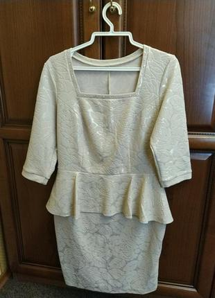 Нарядное бежевое платье с золотистым напынением