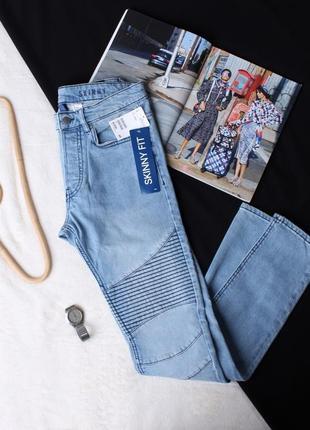 Голубые джинсы.
