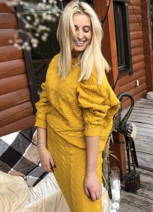 Вязаный желтый костюм