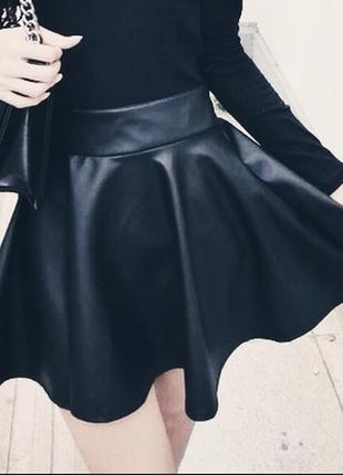 Актуальная/универсальная/кожаная мини юбка солнце клёш из глянцевой pu кожи.