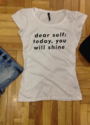 Классная базовая футболка с надписью