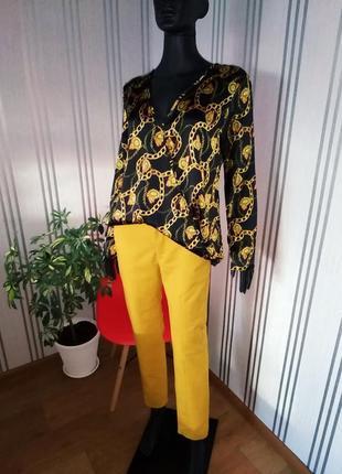 Красивенная блуза в принт цепи ефектная атласная на запах
