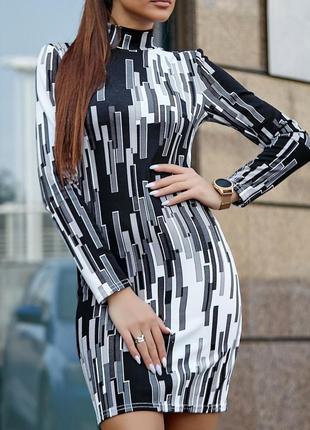 Трикотажное облегающее силуэтное короткое платье с геометрическим принтом