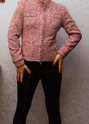 Модный короткий шерстяной пиджак на молнии.