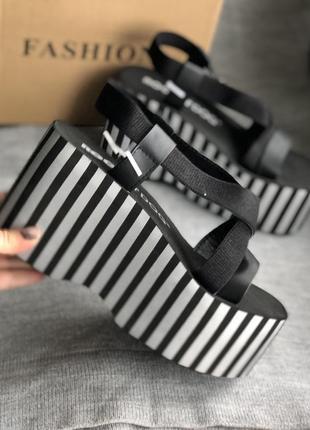 Красивые босоножки на высокой платформе чёрного цвета бренд