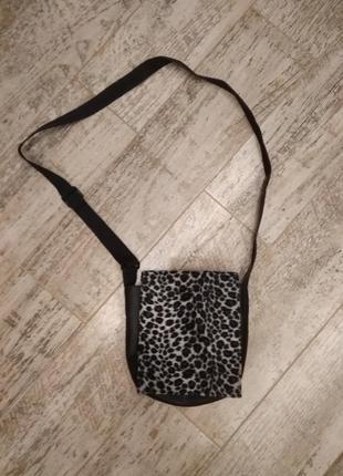 Стильная сумочка с модным принтом