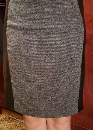 Женская серая(меланжевая) юбка с чёрными вставками.