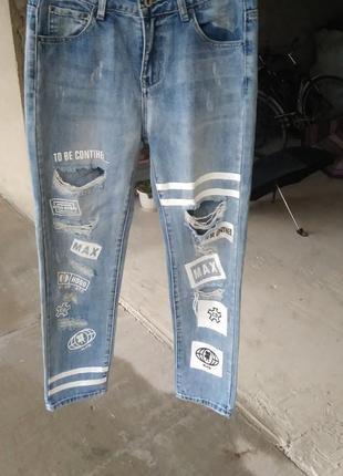 Стильные рваные джинсы ,с надписью
