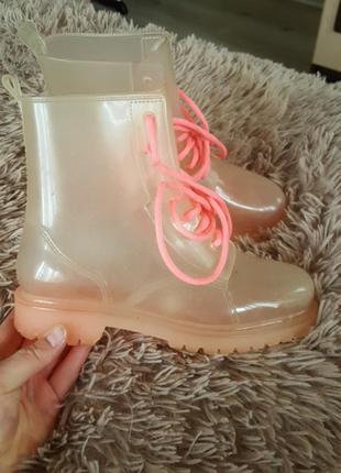 Резиновые сапоги. яркие ботинки ...