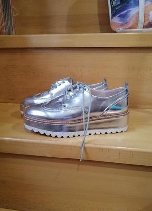Туфли - оксфорды серого цвета, лаковые, блестящие, на высокой подошве фирмы zara