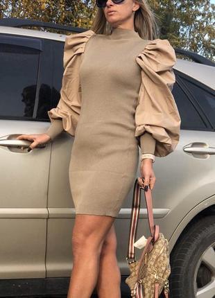 Короткое трикотажное платье с пышными рукавами.
