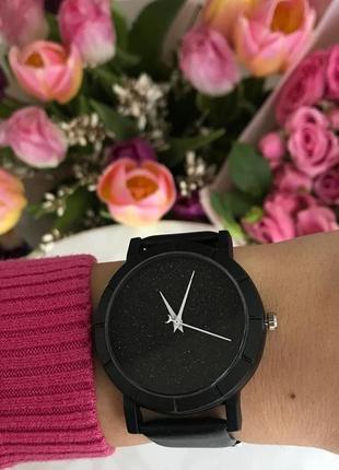 Женские блестящие черные наручные часы с интересным цифеблатом