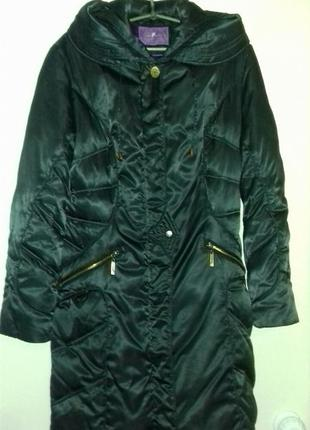 Куртка пуховик с большим капюшоном.