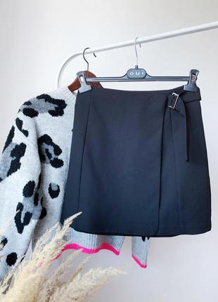 Чорна юбка на запах