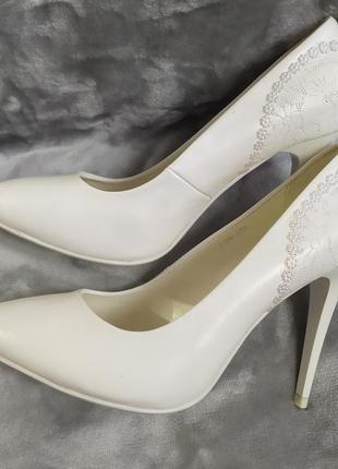 Свадебные белые туфли)