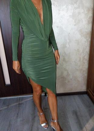 Платье с глубоким декольте с ассиметрией английского бренда pare london цвета оливы s-m