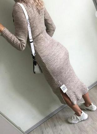 Бежевое вязанное платье миди резинка рубчик лапша